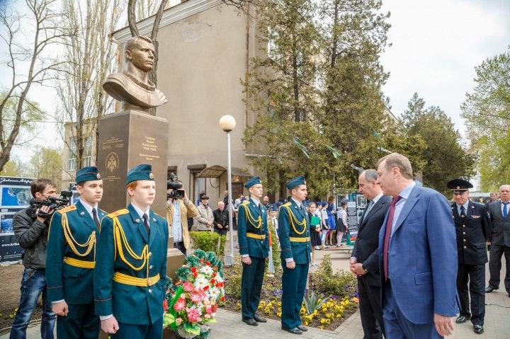 В Черкесске установили памятник Юрию Гагарину