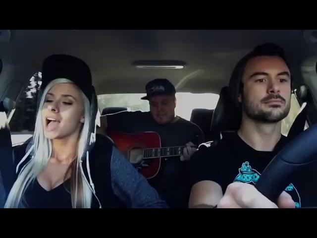 Девушка очень красиво поет в машине! Красивый голос! Талант!