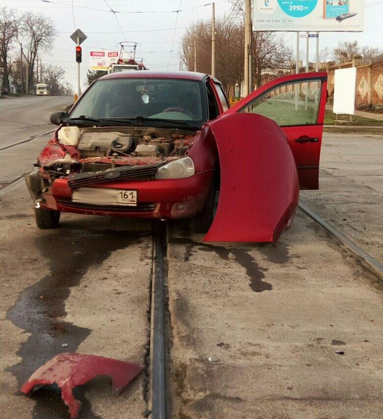 В Таганроге полицейский на Lada Kalina попал в ДТП с участием трамвая №5