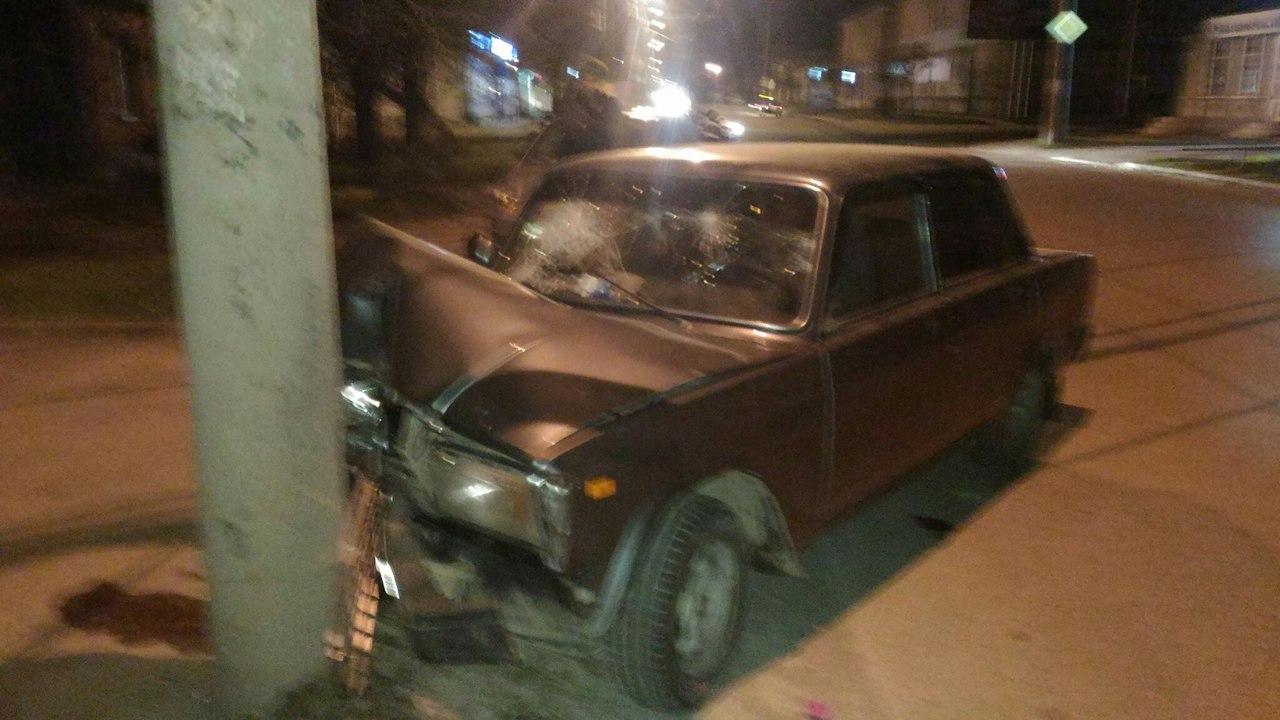 В Таганроге «семерка» врезалась в столб, есть пострадавшие