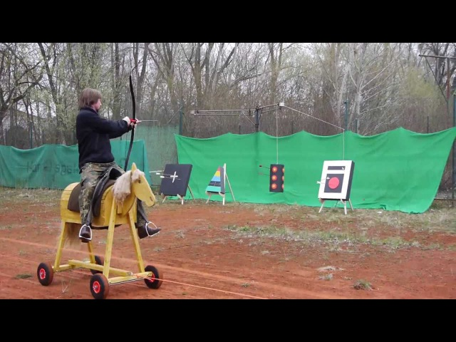 Reiterbogen schießen, aus der Bewegung vom Holzpferd / Horsebow shooting, moving wooden horse