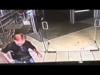 18+ Кровавой резней закончился спор о Порошенко в магазине