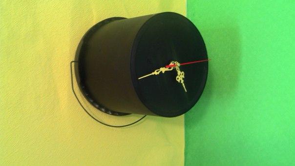 джон сильвер из стены торчала дымоходная труба, убирать которую было очень затратно. решение - часовой механизм, ведерко из-под краски и фантазия с
