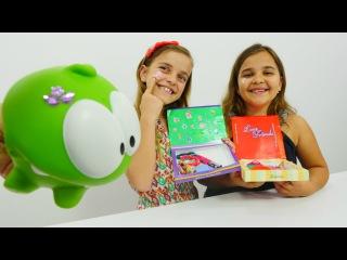 Sema ve Ayça'yla süsleme oyunu. Kutu süsleme - renkli kağıt, stikerler ve pırıltı taşlarla