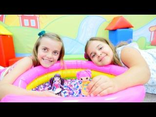 Oyuncak bebekler Ayça ve Sema ile spa top havuzunda yüzüyorlar. Kız oyunları – Kız Yıldız