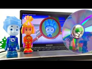 ФИКСИКИ мультфильм с игрушками. Чистим компакт-диск.