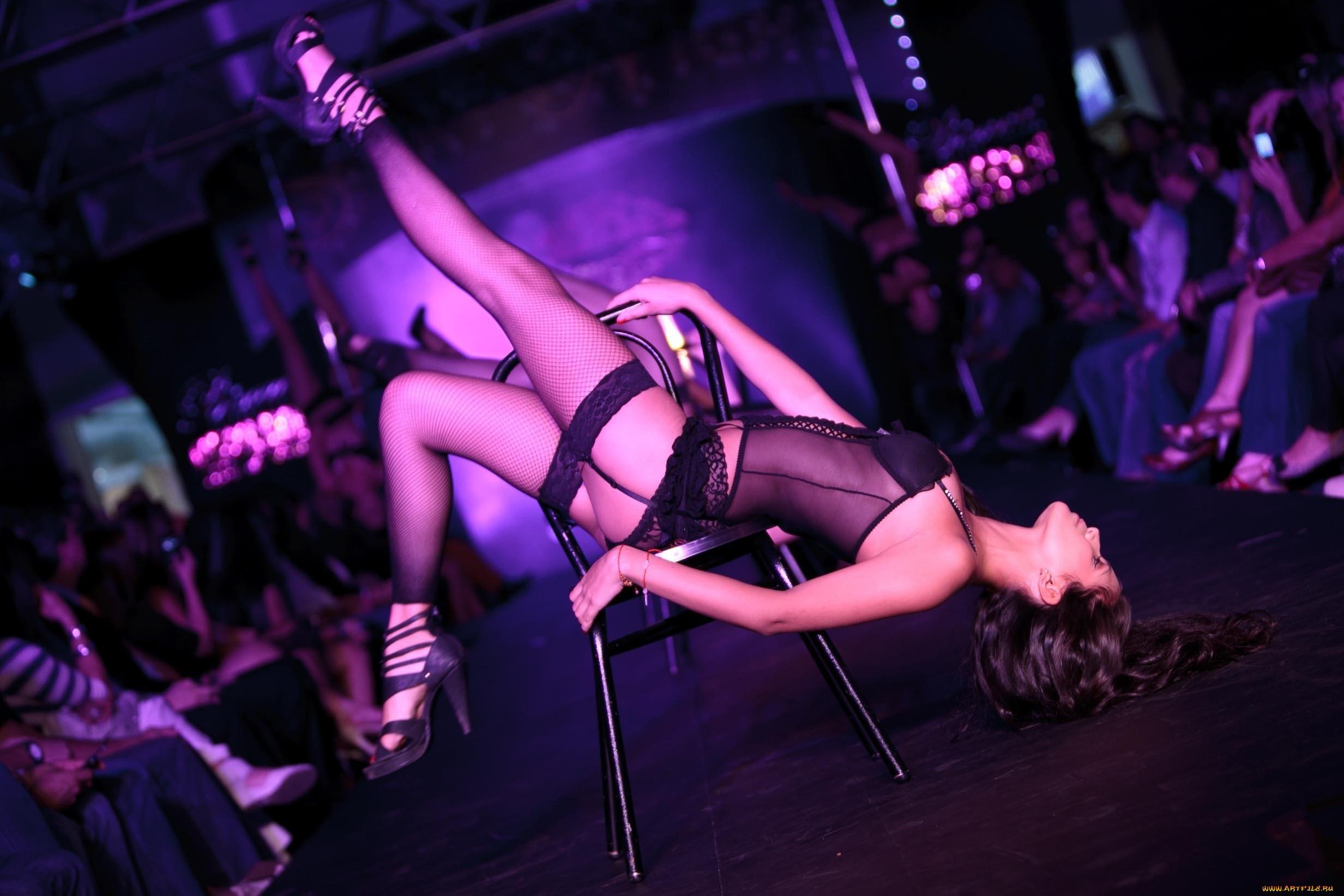 Смотреть как девушка танцует всем парням стриптиз 4 фотография