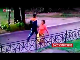 Ужас!!! Появилось видео с камер наблюдения как женщина оставляет младенца в пакете на улице!