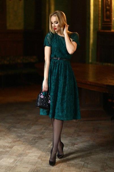 Изумрудное гипюровое платье