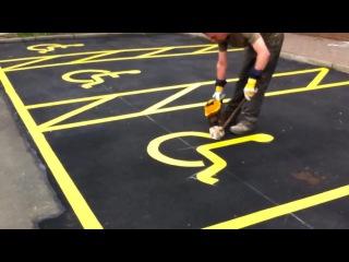Painting Handicap Parking Signs / Нанесение разметки на парковке