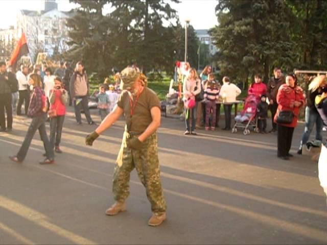 Краматорський репер 2Likiy читає проукраїнський реп на Площі Мира у рідному місті
