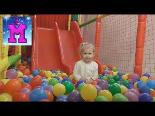 ♛ Играем в детском лабиринте шариками, катаемся с горки, прыгаем на батуте