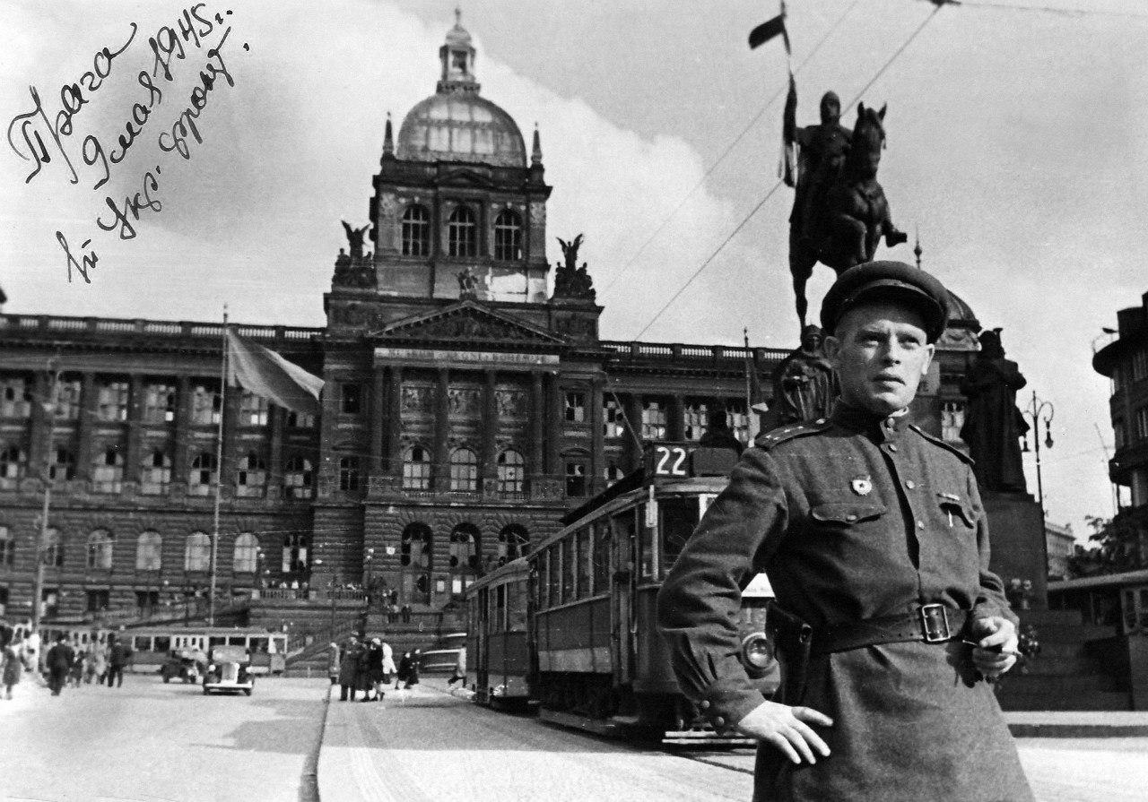 Военный фотокорреспондент газеты «Правда» гвардии капитан Николай Фиников. 9 мая 1945 года, Прага.