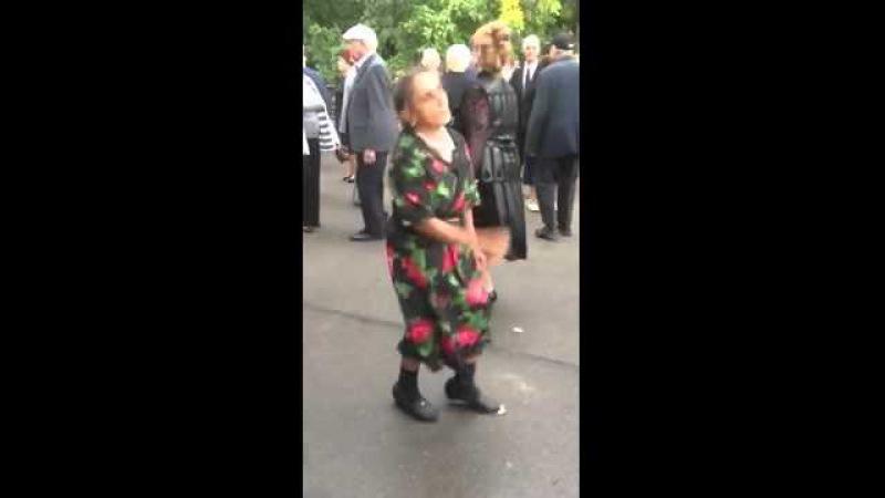 Прикольная Бабушка танцует Смотреть всем