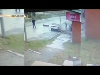 Водитель и пассажир чудом выжили, вылетев из разлетевшейся на куски легковушки