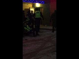 Полиция разнимает драку в Нарве.