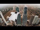 Девушка пролетает между двумя небоскребами в Панаме, очень крутой вингсьют, GoPro: Roberta Mancino Wingsuits Through Panama City