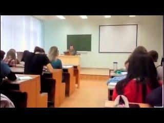 Как поздравить девушку с 8 марта? Спойте ей на лекции) Поздравление с 8 марта от Коновалова С. М.