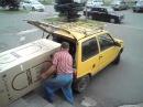 Как два мужика засунули холодильник АТЛАНТ в автомобиль ОКА
