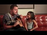 Маленькая девочка поет с отцом Rolling In The Deep