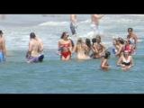 3 июля: Джиджи с друзьями на пляже в Род-Айленд, США.