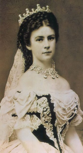 Сисси – самая красивая императрица Австрии, любимая народом и ненавистная двору. Ее жизнь - одна из немногих историй настоящей любви среди монархов, которая обросла множеством легенд и стала одним из излюбленных сюжетов для книг и фильмов.