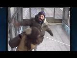 Мигрант - беженец избивает молодую женщину с двумя детьми в шведском метро. 2016 г.