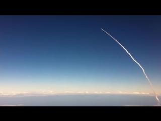 Запуск ракеты в космос. Вид с борта самолета.