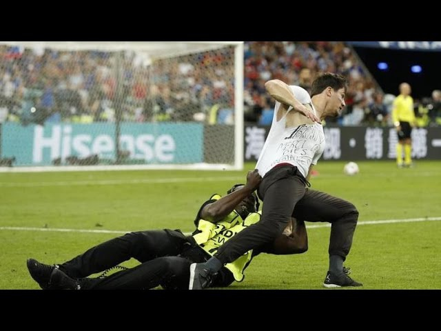 Streaker on the field final Euro 2016 (IbraTV)