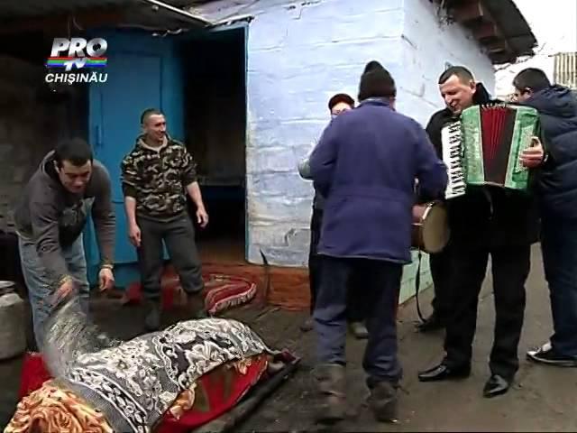 A inceput sacrificarea porcilor Cum se pregatesc oamenii de la sate pentru Craciunul pe stil vechi