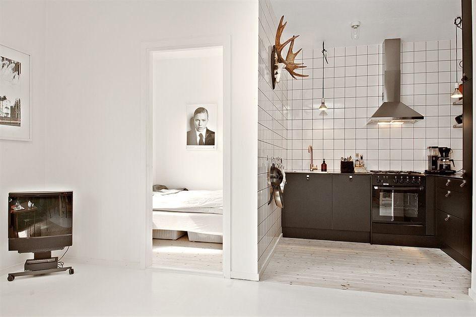 Интерьер квадратной студии 35 м с отдельной мини-спальней.