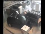 Недовольный клиент разгромил автосалон Nissan.