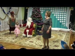 Даша рассказывает стих в детском садике на Новый Год
