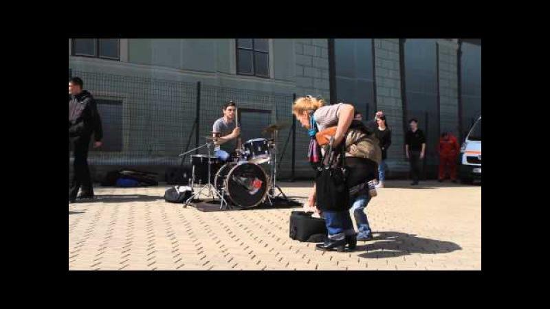 Уличный барабанщик виртуоз на одесской Юморине