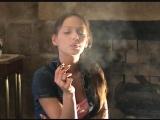 Девушке нравится курить сразу две сигареты