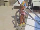 Девушки с детства учатся ходить красиво D