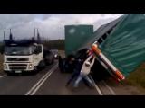 Дальнобойщик попал в ужасную аварию, но посмотри, что случилось потом!