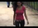 Девушка гуляет по улице без лифчика