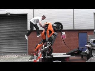 Для безопасных тренировок навыков езды на заднем колесе мотоцикла.