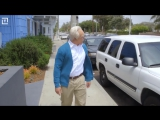 Кроссфитер в гриме старика, троллит качков на спортплощадке. Old man, the trolls bodybuilders