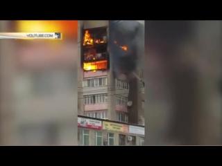 Видео мощного пожара в многоквартирном доме в Уссурийске