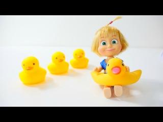 Havuzda bebek oyunu. Oyuncak bebek Maşa havuzda yüzüyor. Saymayı öğreniyoruz