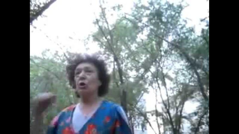 Злая, бешеная бабка Сука блять!