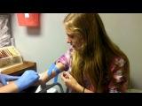 Девушка очень боится укола