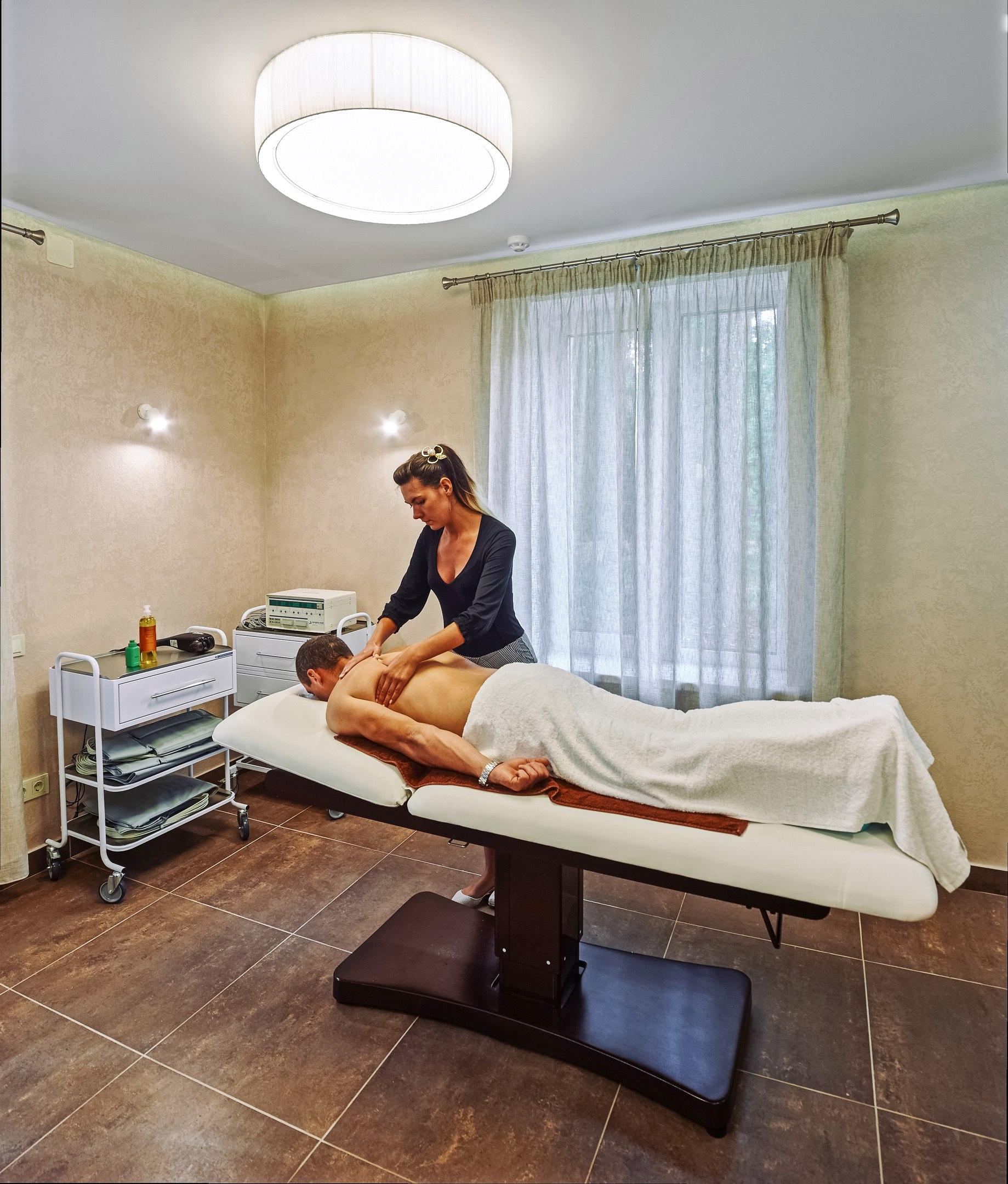 """Уходы для лица и тела в оздоровительном комплексе """"Ислочь-парк"""" от 24 руб."""