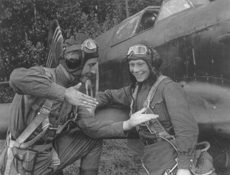 Советские летчики-истребители — старший лейтенант М. П. Фарафонтов и младший лей...