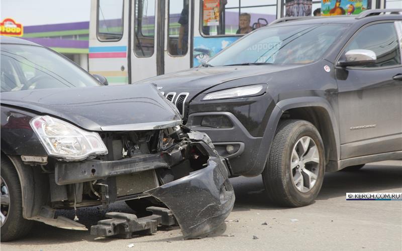 В Керчи из-за микроавтобуса столкнулись две иномарки
