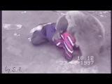 Это тренировка молодого ди каприо для съемок фильма выживший ) Так он тренировался для главной сцены где убивает медведя )