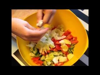 Ульяна режет салат