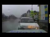 Авто приколы с бабами и мужиками за рулем. Дорожные авто приколы, происшествия и смешные девушки (online-video-cutter.com)